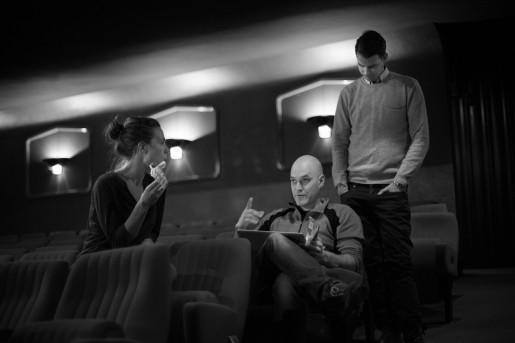 Bild från repetition Älska mig! Projekledare Malin Lundgren, ljussättare Peter Brunberg och Alex går igenom dagens justeringar.